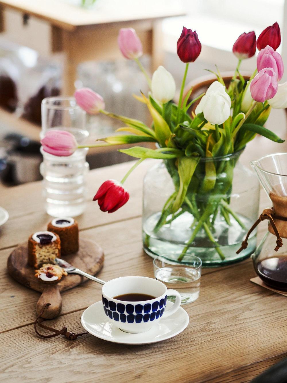 Tähän aikaan vuodesta vien kaikkialle viemisiksi tulppaanikimppuja ja runebergintorttuja.