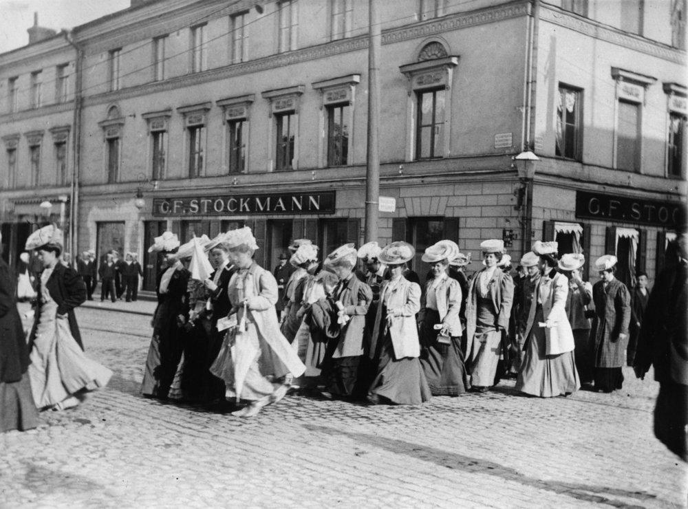 Naisten mielenosoitusmarssi mahdollisesti äänioikeuden puolesta, 1905. Kuva: Helsingin kaupunginmuseo