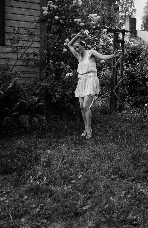 Rouva Selin tanssii puutarhassa, n. 1950. Kuva: Väinö Kannisto