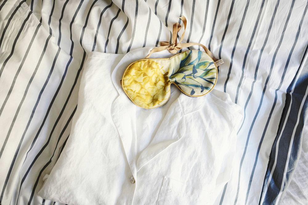 Vaatteiden suhteen olen aika minimalisti, mutta pyjamia omistan vinon pinon - pyjama pitää saada vaihtaa puhtaaseen usein. Unimaski    Proloquesta.