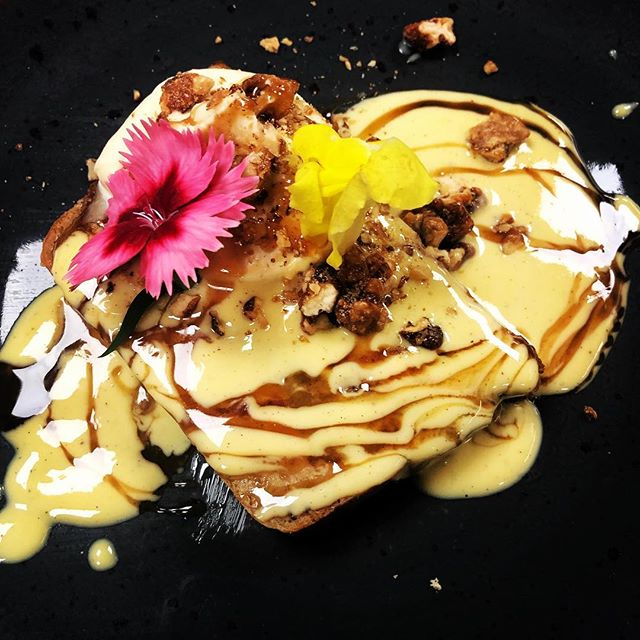 Apple and poppy seeds bread pudding, vanilla custard, brandy reduction..🥮🥄#christmasdessert #dublinrestaurants #irishfood