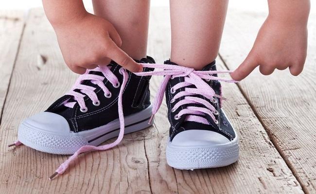 teach-child-tie-shoelace