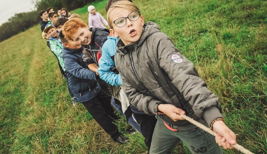 kids in park tug-of-war