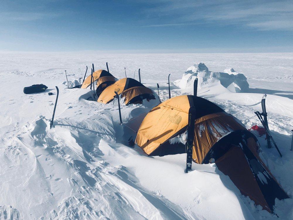 """N66°48'48 W47°31'06 Alt : 1730 m Dist : 0 km  J+13 : 1ère tempête (3 éme jour)  """"Camp après une tempête de 72h. Nous sommes ensevelis sous 1m de neige fraîche. Nous déneigeons le camp deux heures durant. L'un d'entre nous s'intoxique avec du monoxyde de carbone."""""""