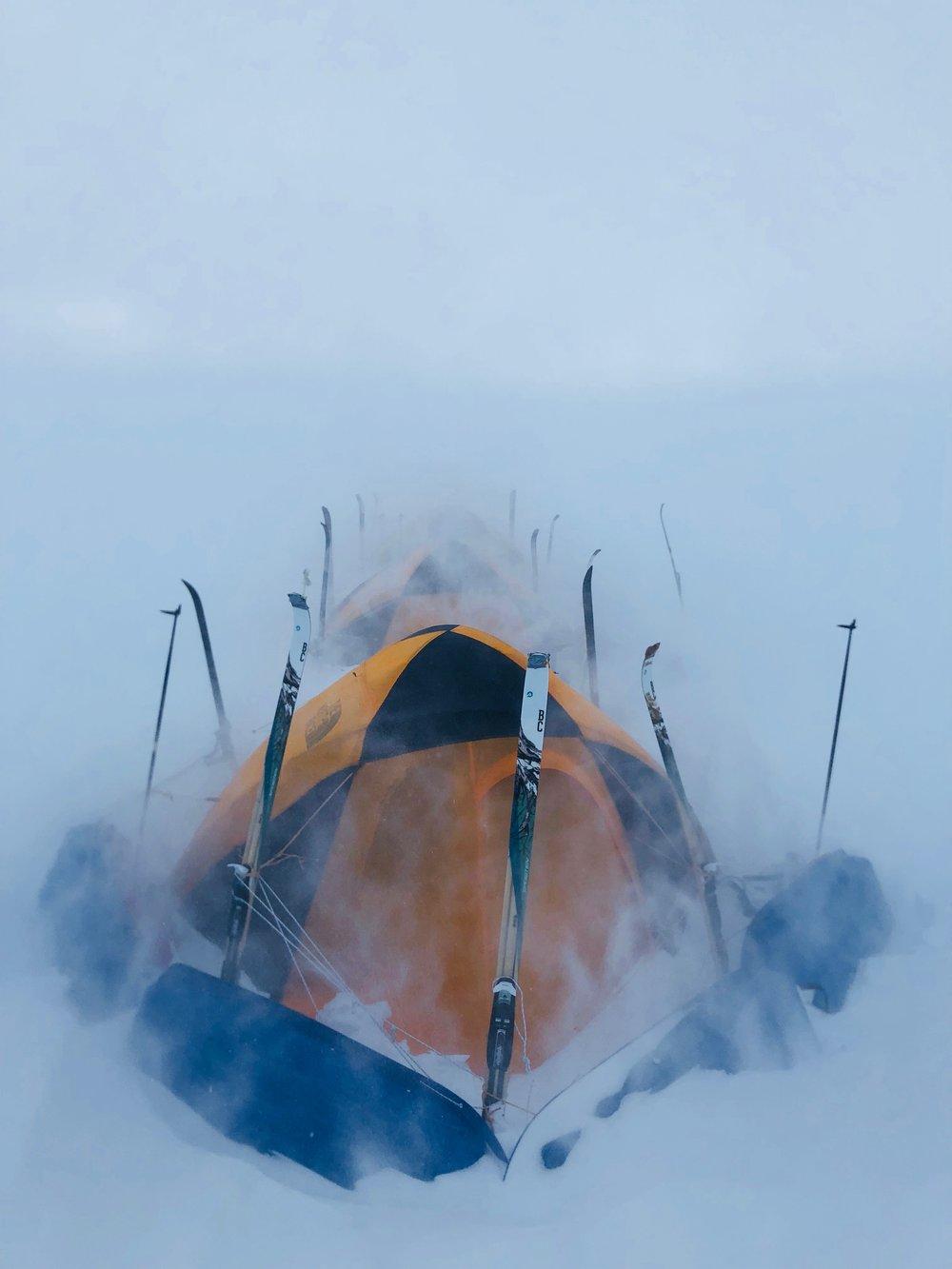 """N66°48'48 W47°31'06 Alt : 1730 m Dist : 16km  J+11 : 1ère tempête  """"Aujourd'hui le vent souffle à plus de 90km/h par 140° Nord, on va passer la journée dans la tente ! Les parois tremblent, dehors il est difficile de tenir debout, 60 cm sont déjà tombés."""""""