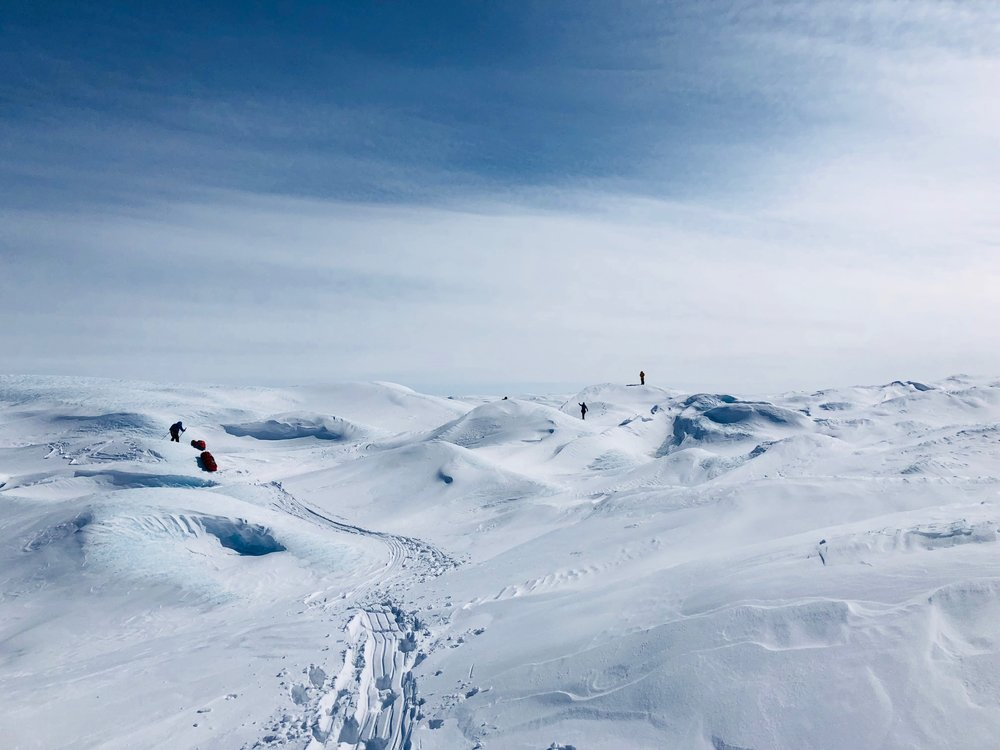 """N67°08'59 W49°53'49 Alt : 697 m Dist : 4km  J+2 : Ascension du glacier  """"Nous montons, nous montons et la chance est avec nous, les températures et la météo sont bonnes. J'ai un peu mal au dos à force de tirer la pulka, j'espère que mon rhume va passer.."""""""