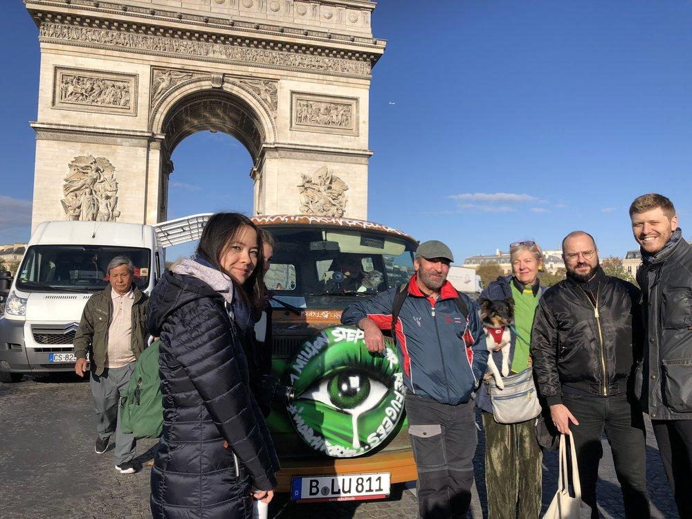 Friends posing outside arc de triomphe.JPG