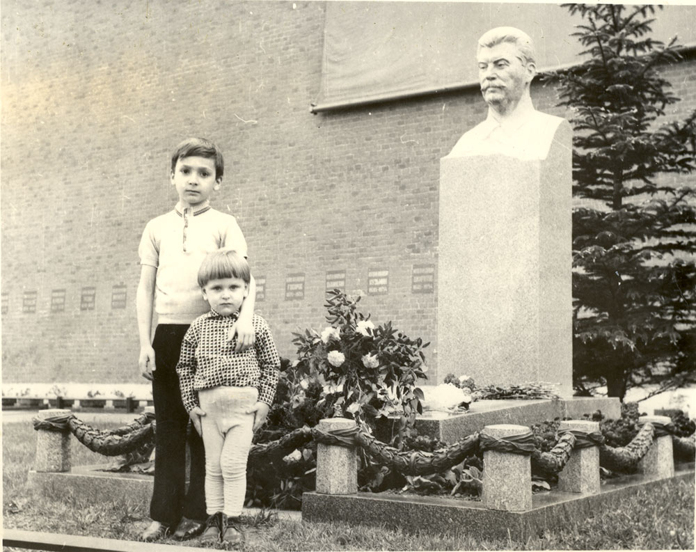 Я и мой старший брат Виссарион у могилы И.В.Сталина.