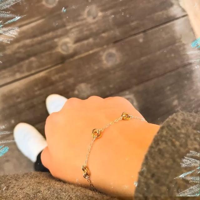 Wear something with a golden touch of warmness on these cold winter days❄️✨ #juliettedawn - handcrafted jewellery✨  _____________________________________ #etsy #etsyseller #bracelet #goldbracelet #silverbracelet #braceletshopping #braceletlover #braceletdesign #braceletoftheday #faitmains #bijouxfemme #braceletlove #handcraftedjewelry #handmadebracelets #handcraftedbracelet #jewellerydesign ##elegantjewellery #minimalism #lessismore #jewellery_blog #jewellerygram