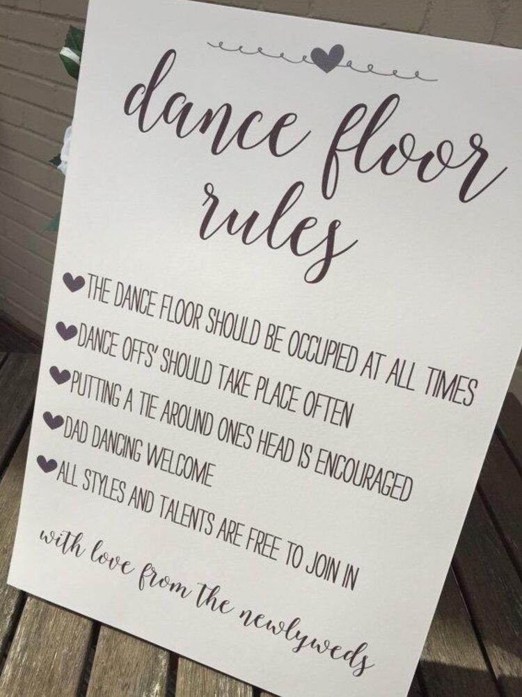 funny-wedding-day-signs-encourage-dancing