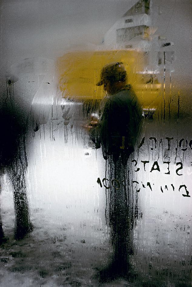 Snow , 1960, by Saul Leiter.  © Saul Leiter Foundation. Courtesy of Howard Greenberg Gallery