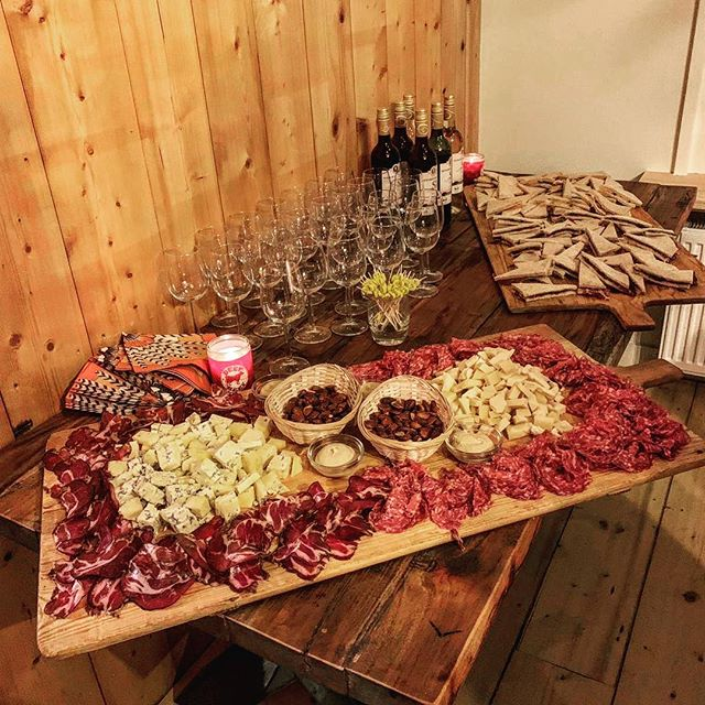 From us for you! 🧀🍷For every Diner party we create something special and most of all O R G A N I  C. 🌾 • • • • • • • • • • #takeaway #organic #italianham #cheese #wine #wood #blaricum #countrydeli #deli #coffee #catering #dinerparty