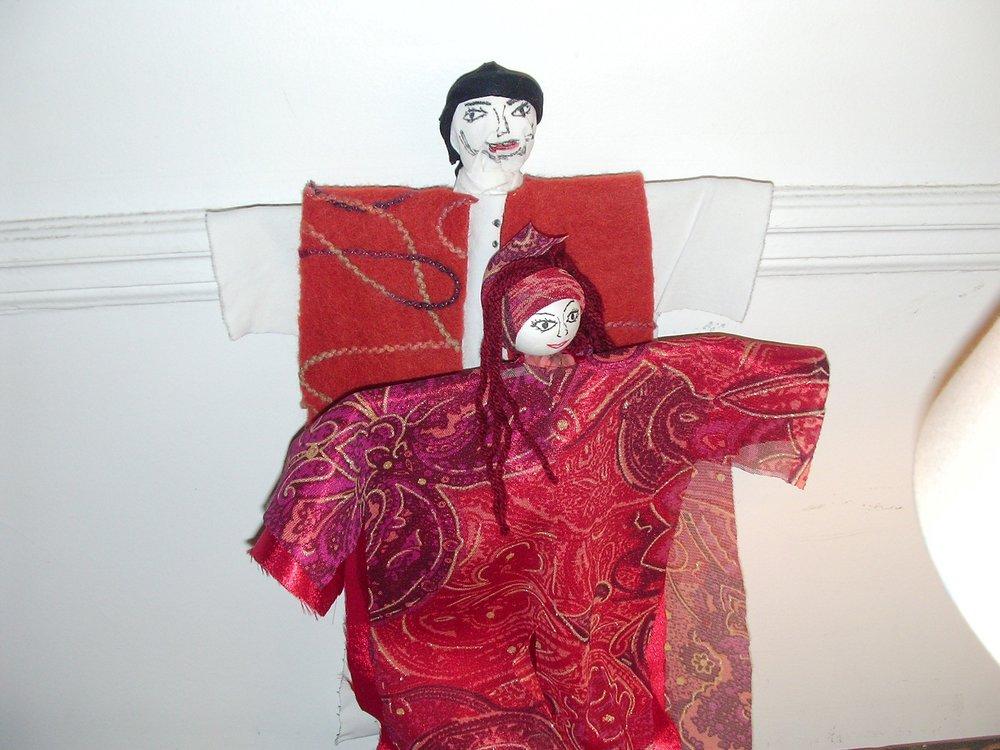 ATELIERS - Création de marionnettes et contes.Renouer avec une pratique ancestrale : fabrication de poupées à partir de roseaux, chutes de tissus et bouts de laine et la mettre au service de la production de contes.Contes et douceurs.Tout commence par un conte qui parle de l'origine des galettes que j'appelle « les cailloux du 7em ciel. »Il faut dire que tout est propice pour raconter les ingrédients, les arômes, les senteurs…On s'affaire et la récompense arrive rapidement ; le thé se prépare, les galettes dorées s'habillent de miel et se parfument à l'eau de fleur d'oranger pour le bonheur des petits et des grands.