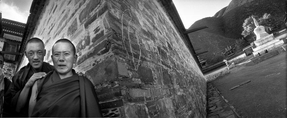 高墙锁深院,众僧迎远客。