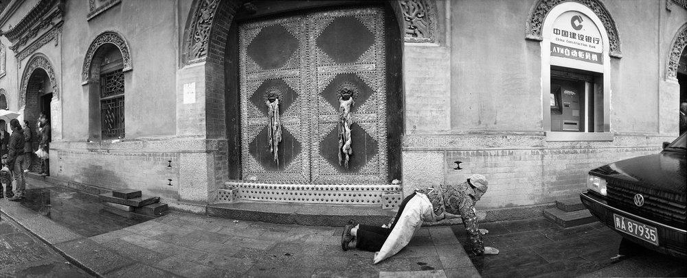 昔日清真寺,今日世俗场,屈膝一匍伏,尽现虔诚心。
