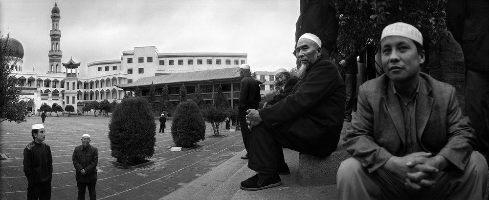 白帽苍髯信徒聚,宣塔耸立清真寺。
