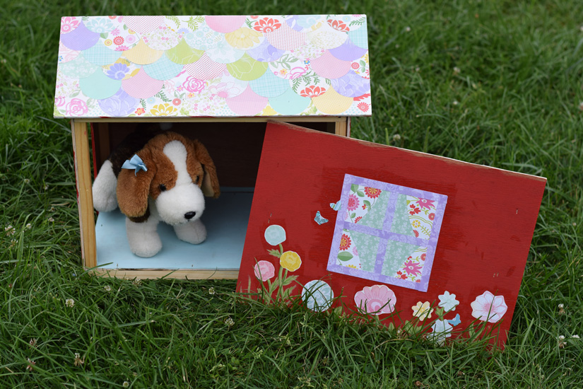 Wood play doghouse with removable side
