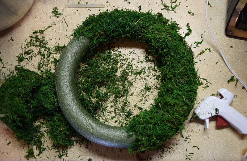 how to make a moss covered wreath