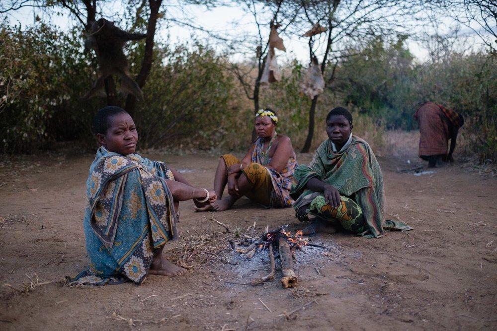 Hadzabe Frauen sitzen um das Feuer