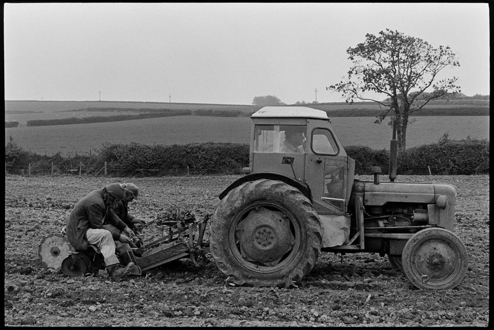 Planting flatpoles, near Dolton, May 1975. Documentary photograph by James Ravilious for the Beaford Archive © Beaford Arts