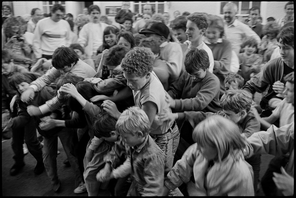 Money scramble at fair, Chulmleigh, July, 1988. Documentary photograph by James Ravilious for the Beaford Archive © Beaford Arts
