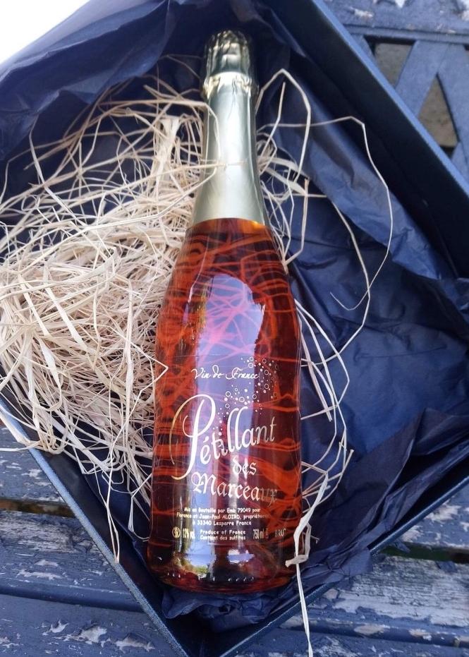 Le Pétillant des Marceaux - Rosé gazéifié, aux arômes fruités agréables, un bel équilibre entre acidité et fraicheur des fruits, il est le compagnon idéal de vos moments festifs en famille et entre amis.
