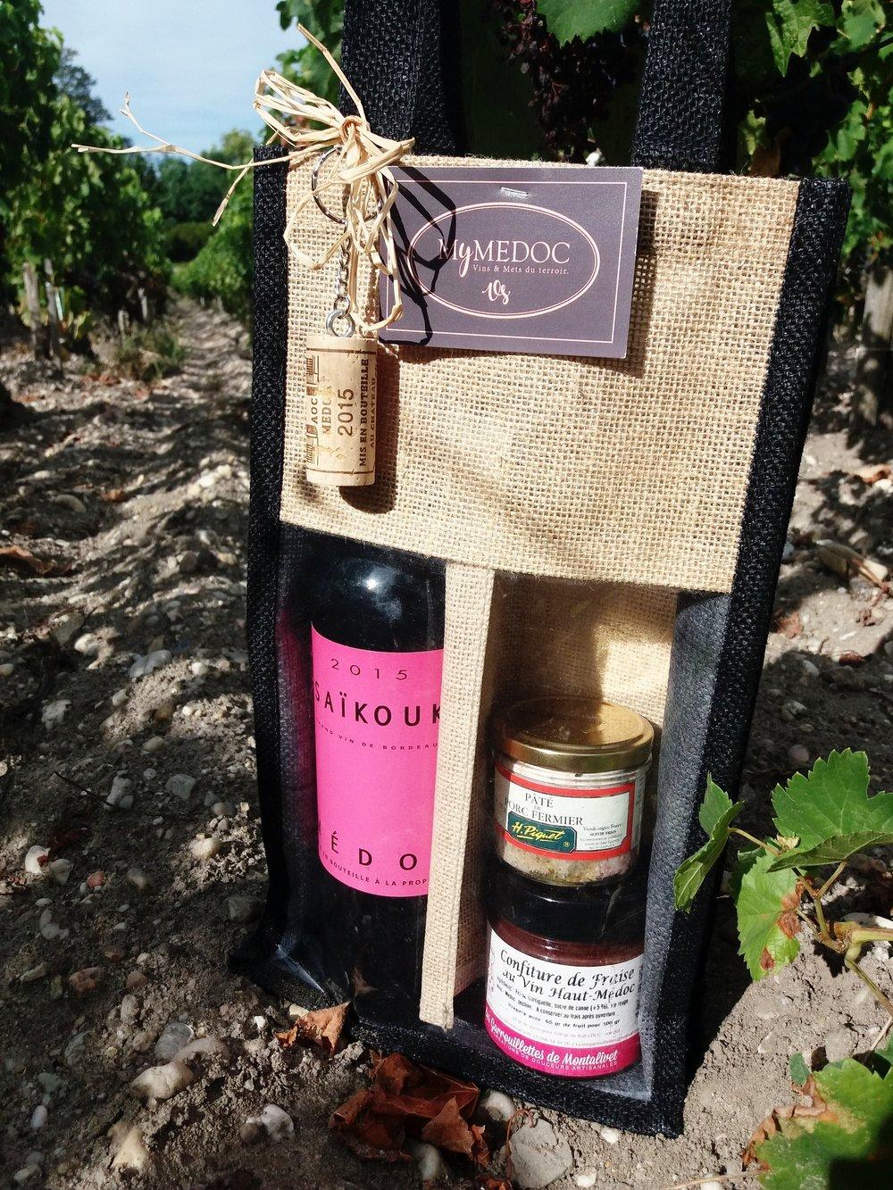 """panier « PicNic rouge» - Ce panier est composé d'une bouteille de vin rouge du Château Saikouk, d'un pâté de porc fermier et d'une confiture de fraise au vin """"Haut-Médoc"""".Tarif : 28,90 €* Frais de livraison en supplément.* pour les professionnels et CE, nous contacter."""