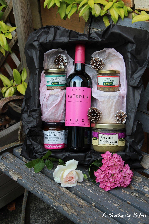 box apéro - Notre box apéro, à partager entre amis ou en famille : composée d'une délicieuse bouteille de vin du Château Saikouk, accompagnée de produits locaux à déguster.grenier médocain, pâté de campagne, pâté de porc fermier, et confiture de tomates et poivrons au piment Thai.Priorité au goût pour un moment de plaisir gustatif et de découverte.Tarif : 44,90 €* Frais de livraison en supplément.* pour les professionnels et CE, nous contacter.