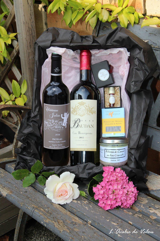 box prestige - · Notre box Prestige, à partager pour un moment convivial :composée de 2 bouteilles de vin : Château Baudan, cru bourgeois, Château Julia Pauillac ;elle est accompagnée de produits d'exception typiques de notre terroirs.Safran, rillettes de canard au foie gras, perles du Médoc.Tous sont produits et fabriqués en Médoc !Amateurs de goûts, découvrez cette box qui met à l'honneur ces produis subtils succulents !Tarif : 69,90 €* Frais de livraison en supplément.* pour les professionnels et CE, nous contacter.