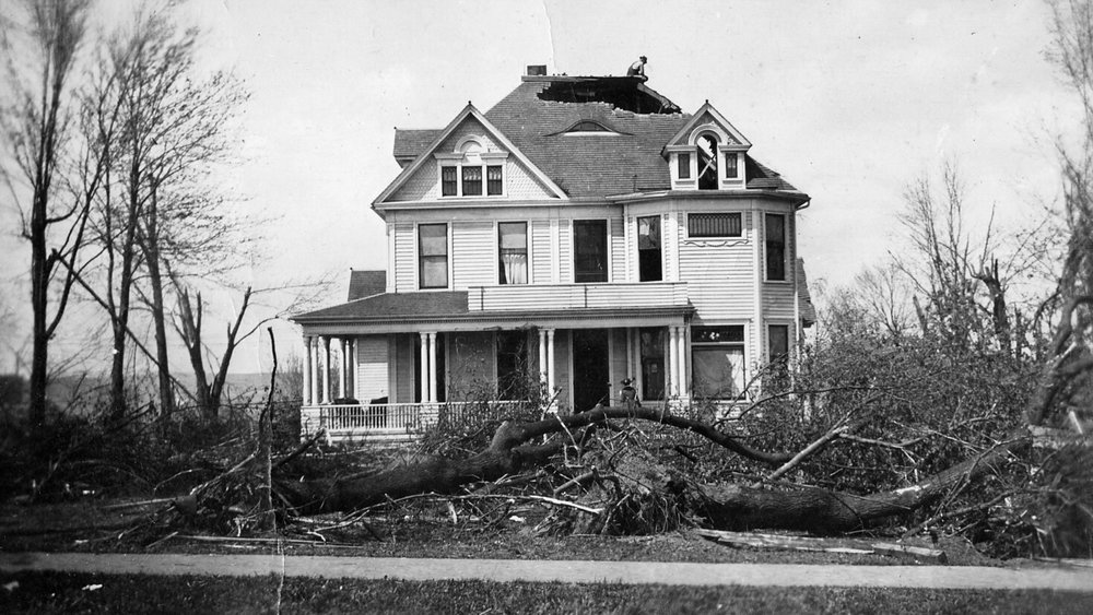 The  John Brayshaw Kaye Mansion  in 1918 after an F4 tornado hurled the lid of the water tower through the roof.