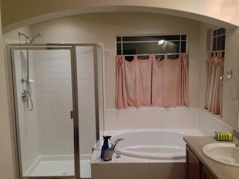 I don't know what is going on with those bloody curtains. The bathroom looked like something out of a 1950's mental asylum. And not in a good way.
