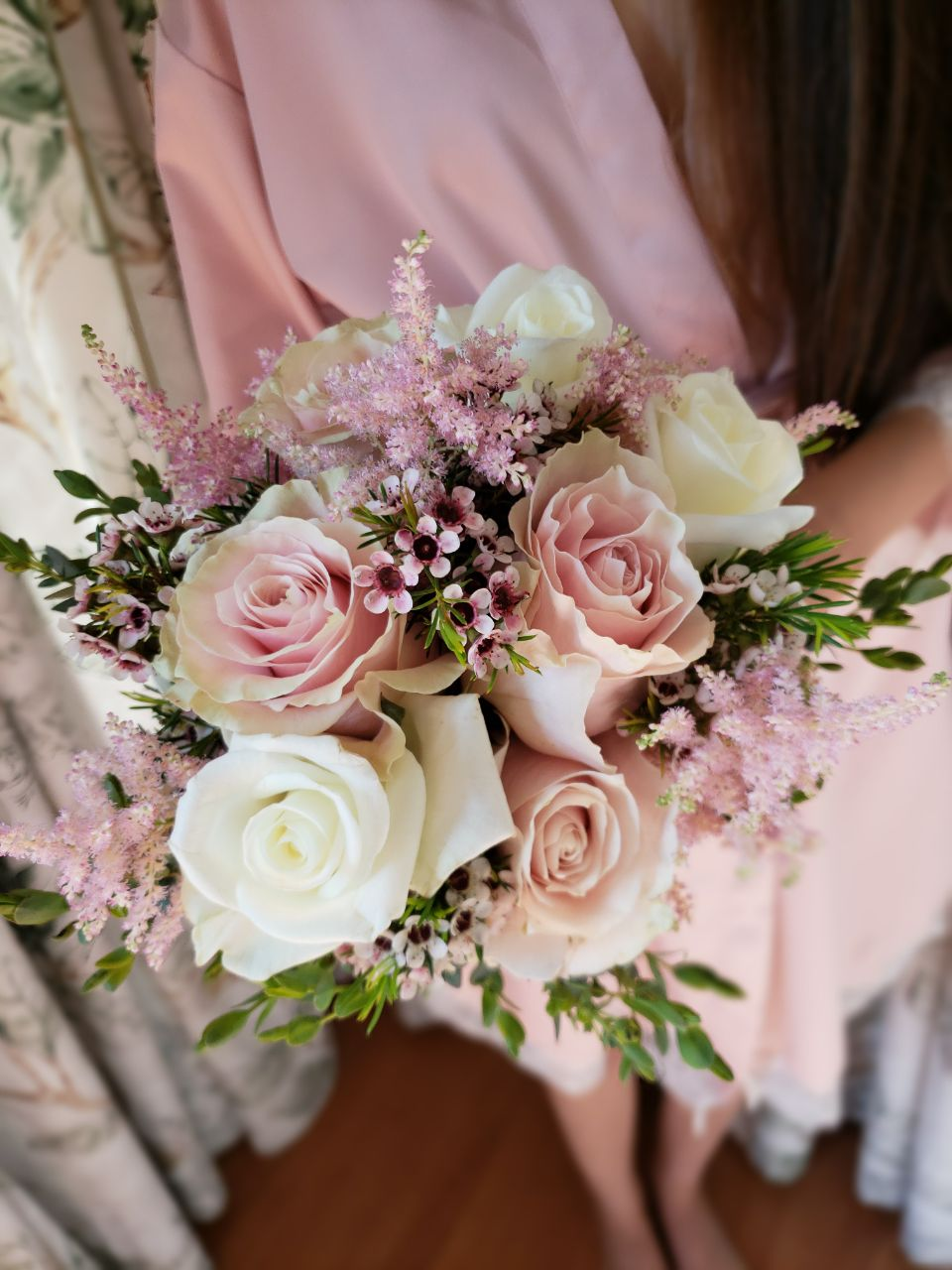 Ramo con rosas rosas y blancas