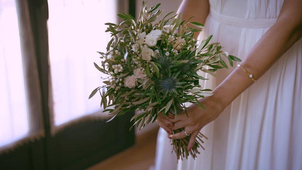 Ramo con olivo, rosas y flor de cera