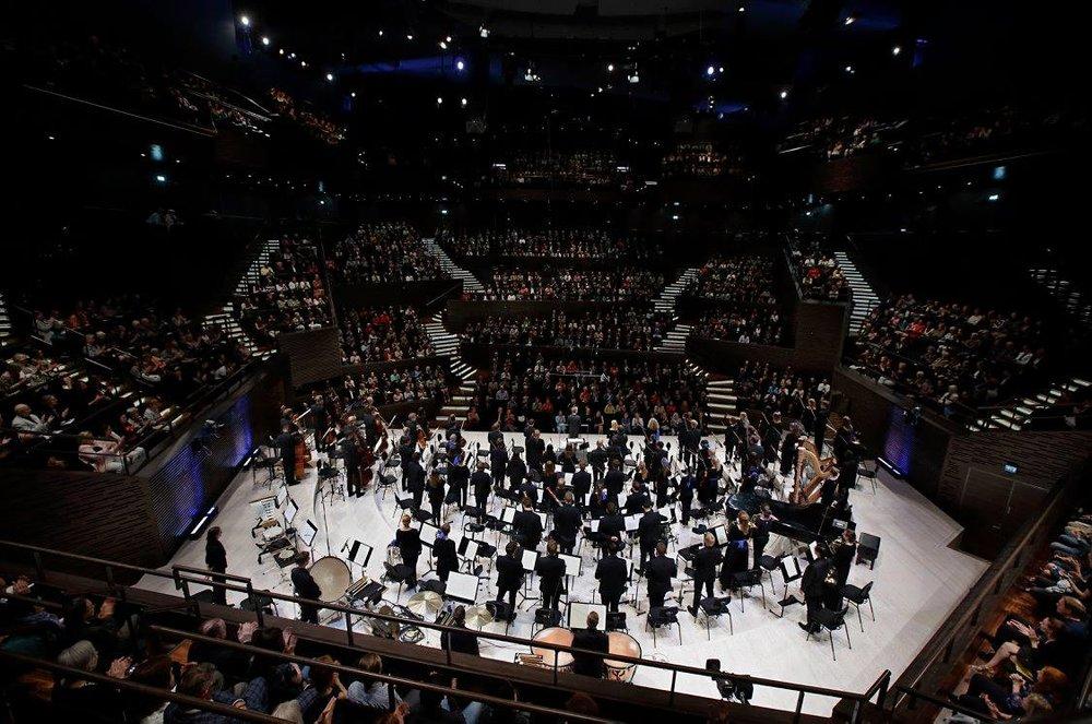 The Juilliard-Sibelius Academy joint orchestra receiving applause at the Helsinki Music Center. (Photo: Heikki Tuuli)