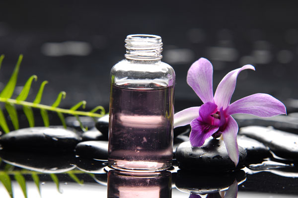 A small bottle of essential oil used during a Zen Drop Therapy session.