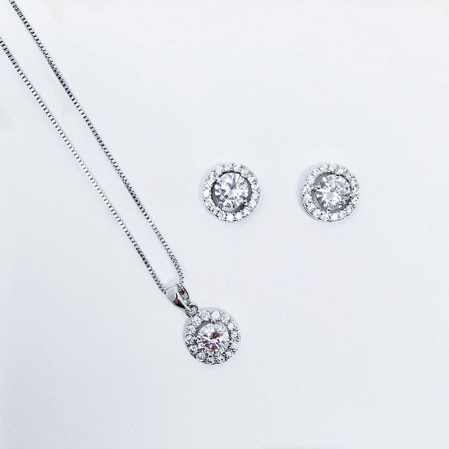 Simple is beautiful! Our Elle necklace and earrings set center a simple cubic zirconia plated in genuine platinum round halo solitaires. Available in silver and gold ✨  Love this look? Click on the link on our bio for more info! #isaidyes #ido #bride #bridetobe #prom #wedding #weddinginspo #weddingphotographer #weddingphotography #bride #bridalshower #bridal #shesaidyes #shesaidyestothedress #summerwedding #celebritywedding #beyonce #priyankachopra #meganmarkle #royal #doesthisringmakemelookengaged #engaged #love #ido #weddinginspo #fallwedding #weddingseason