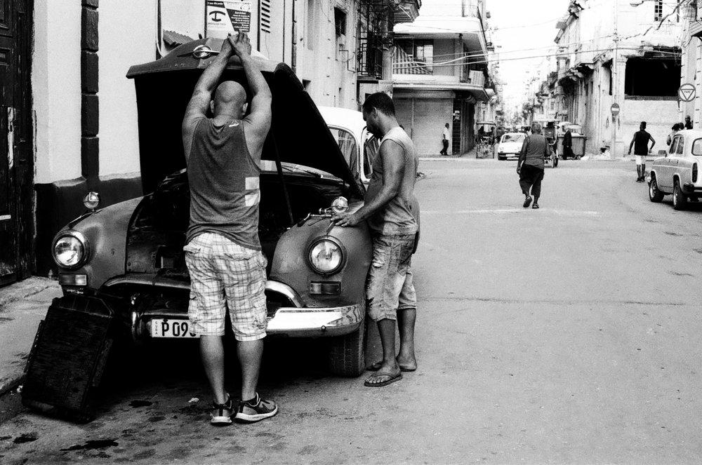 Système D oblige, les réparations de véhicules sont fréquentes à Cuba.