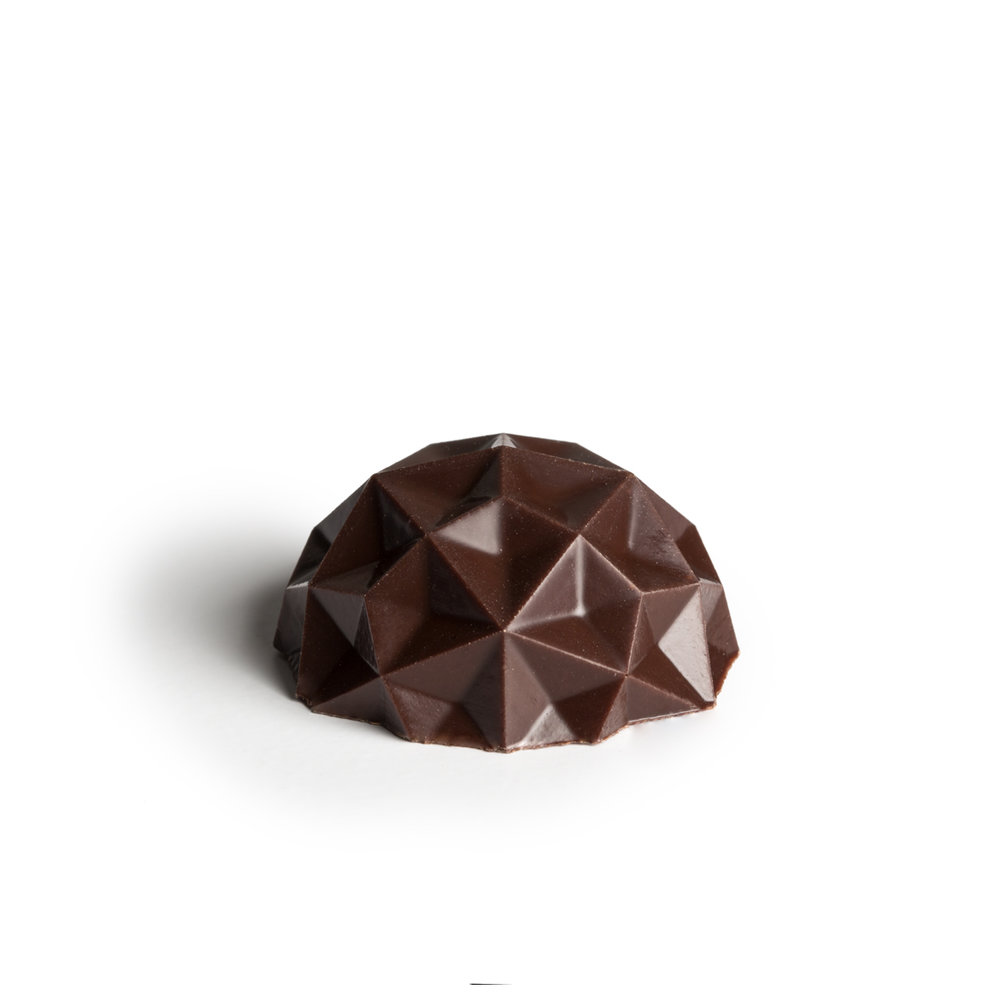 Smoky eucalyptus, mint & dark chocolate   Cool notes of eucalyptus & mint lightly smoked in a rich smooth dark chocolate ganache. Inspired by Australian bushfires and the lush growth after.