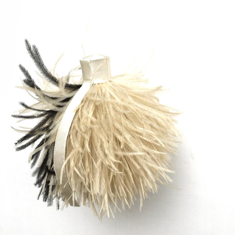 Autruche - satin écru, plumes d'autruche, polystyrène