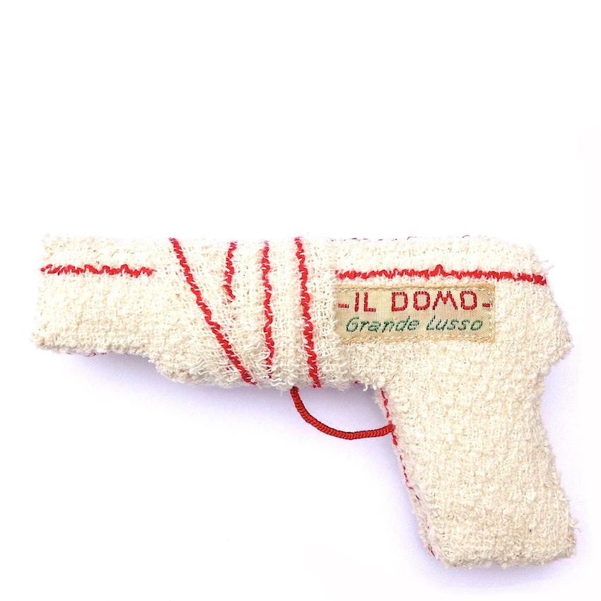 Le blessé - Coton, bandage, fil rouge, étiquette de cravate italienne, rembourrage de coton.