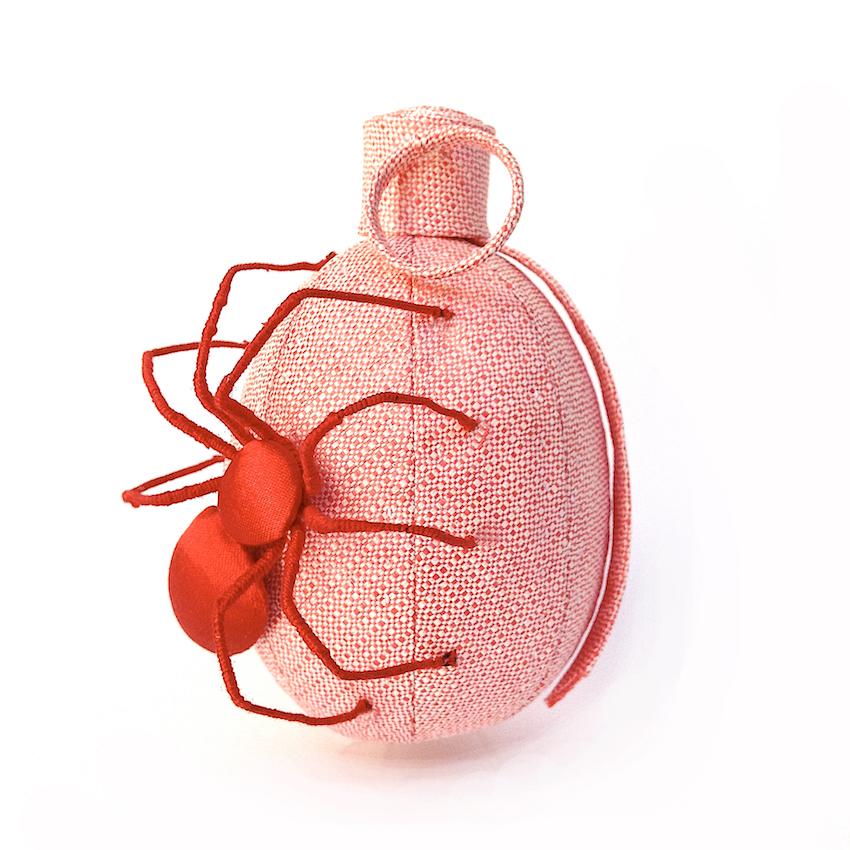 L'araignée - paille rose, satin rouge, fil de fer, polyester