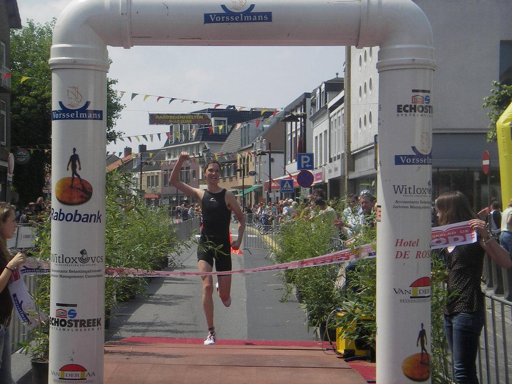 Vele uren trainen verder, maar hier wint Paul Musters de triathlon van Zundert