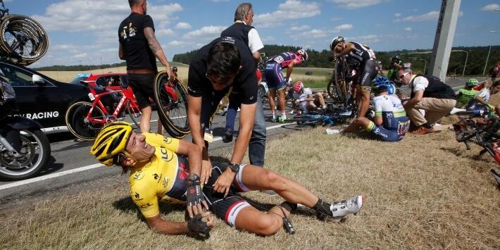 Ook als 'topper' val je steeds wel eens, zie hier Fabian Cancellara in de Tour de France van 2015