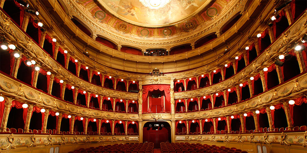 Ópera National du Rhin, Estrasburgo - La Ópera National du Rhin debe su carácter ejemplar a la contribución específica de sus tres ciudades constituyentes: Estrasburgo, Mulhouse y Colmar. La política cultural de la Ópera National du Rhin se refleja en una programación anual de más de 140 espectáculos de ópera, danza, recital, concierto y público joven.