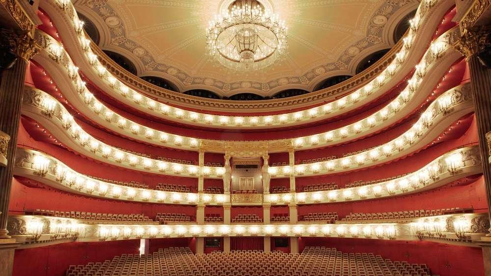 Bayerische Staatsoper, Munich - El Bayerische Staatsoper (Ópera Estatal de Baviera) es un teatro de ópera y ballet situado en Munich. Es una de las óperas más prestigiosas del mundo. Desde 1700, es el lugar de importantes estrenos europeos, por ejemplo Idomeneo, re di Creta de Wolfgang Amadeus Mozart en 1781.