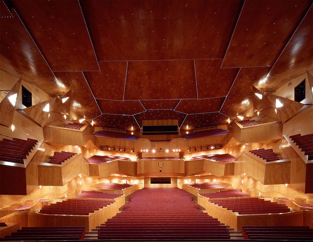Palacio Euskalduna, Bilbao - El Palacio Euskalduna es un centro de congresos situado en la ciudad de Bilbao. Fue inaugurado el 19 de febrero de 1999 y sus arquitectos son Federico Soriano y Dolores Palacios. Dispone de espacios para la recepción de espectáculos escénicos y para la celebración de reuniones y otros eventos empresariales.
