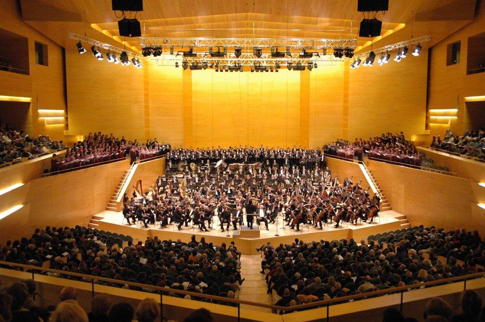 L'Auditori, Barcelona - L'Auditori de Barcelona es una sala de conciertos 'moderna' en Barcelona. Se trata de un edificio de 42.000 m2 inaugurado el 22 de marzo de 1999 y diseñado por el arquitecto Raphaël Moneo.
