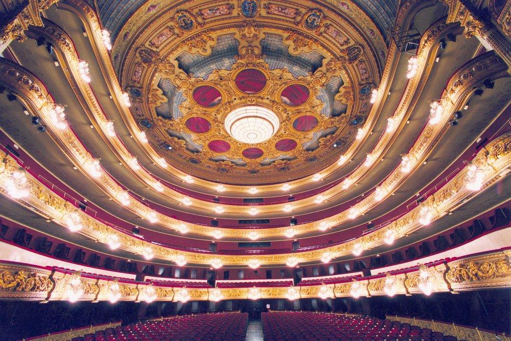 Gran Teatre del Liceu, Barcelona - El Gran Teatre del Liceu, conocido como el Liceu, es el teatro más antiguo y prestigioso de Barcelona. Principalmente teatro de ópera, es considerado uno de los más prestigiosos del mundo. Situado en la Rambla de Barcelona, ha sido testigo, durante más de 150 años, de las obras más prestigiosas interpretadas por los mejores cantantes del mundo. Durante décadas fue símbolo y lugar de encuentro de la aristocracia y la burguesía catalanas.