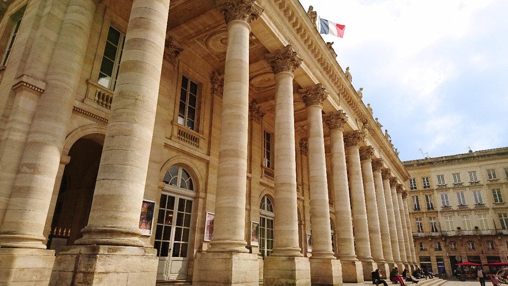 Ópera National Burdeos, Bordeaux - Al fin del siglo XVIII, el Gran Teatro protege cerca de una centena de artistas de toda disciplina y ofrece un repertorio extremadamente extendido. Hoy, colocado bajo la dirección de Marc Minkowski, la Ópera Nacional de Burdeos propone sobre esta escena la parte mayor de su programación.