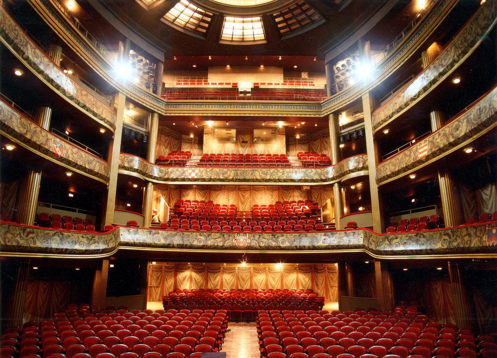 Théâtre du Capitole, Toulouse - El Théâtre du Capitole es una institución pública de la ciudad de Toulouse dedicada a la ópera y el ballet. Fue inaugurado el 1 de octubre de 1818. El Théâtre du Capitole es miembro de la ROF (Réunion des operas de Francia), RESEO (Red europea para la conciencia de la ópera y la danza) y Opera Europa.